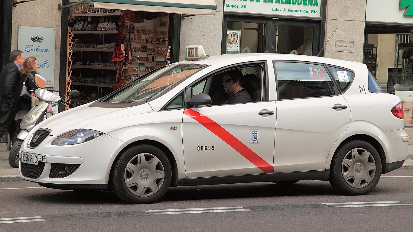 ¡Taxi! Así son los taxis madrileños blancos y con una raya roja