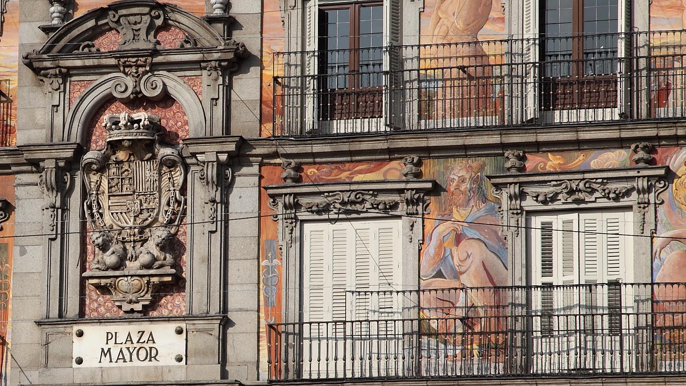 Detalle de la fachada principal de la Plaza Mayor.