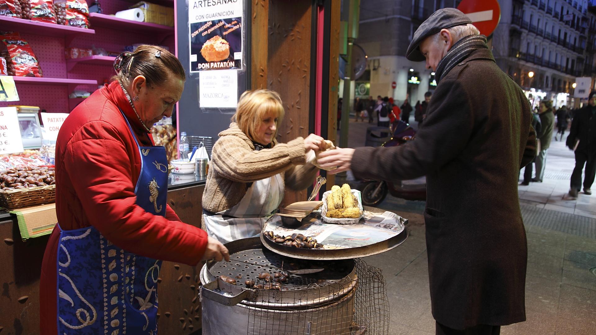 Castañas calentitas. Los puestos de castañas asadas son típicos de Madrid.