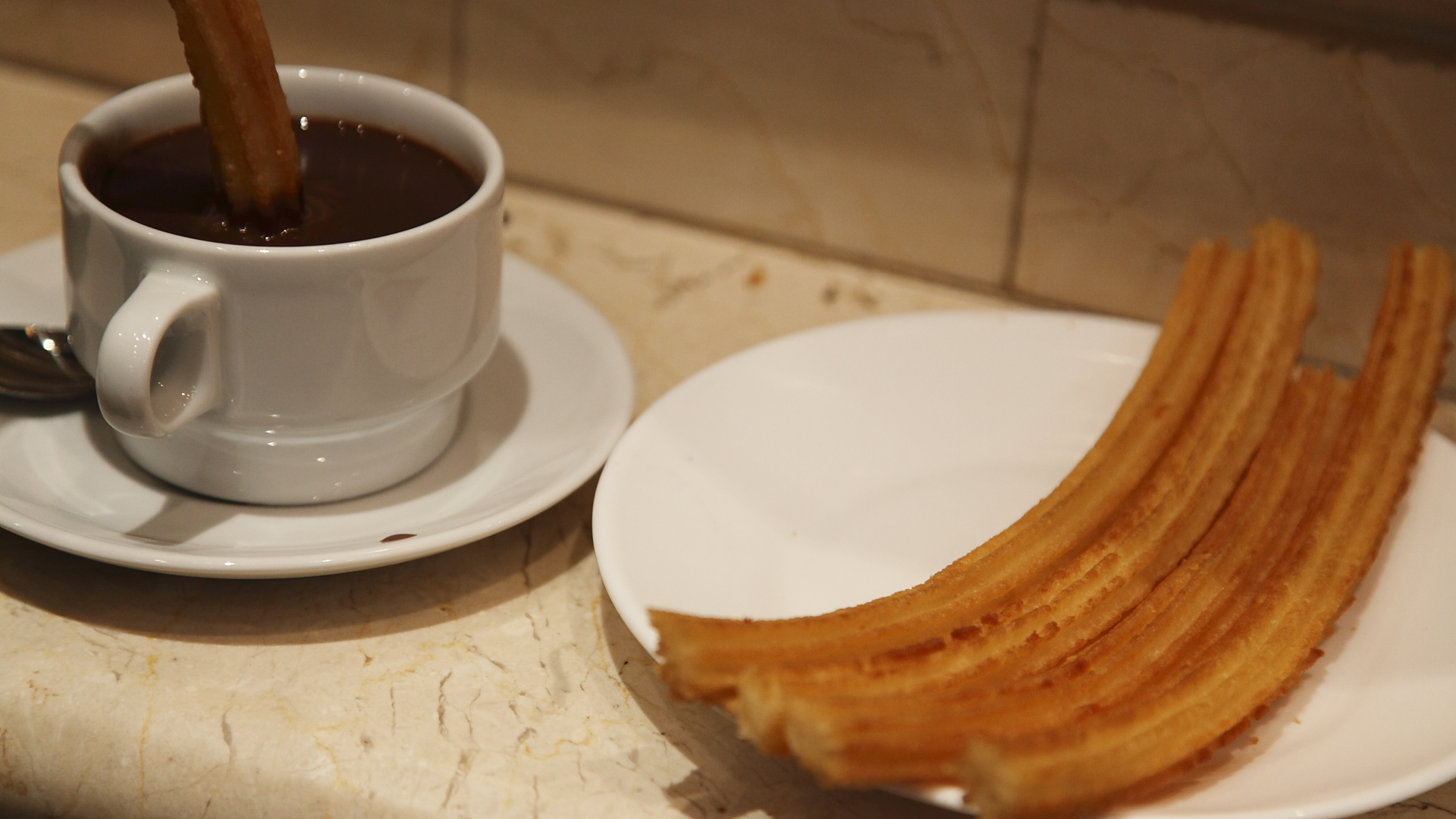 Chocolate con churros. El chocolate con churros el desayuno (y merienda) más típico de Madrid.