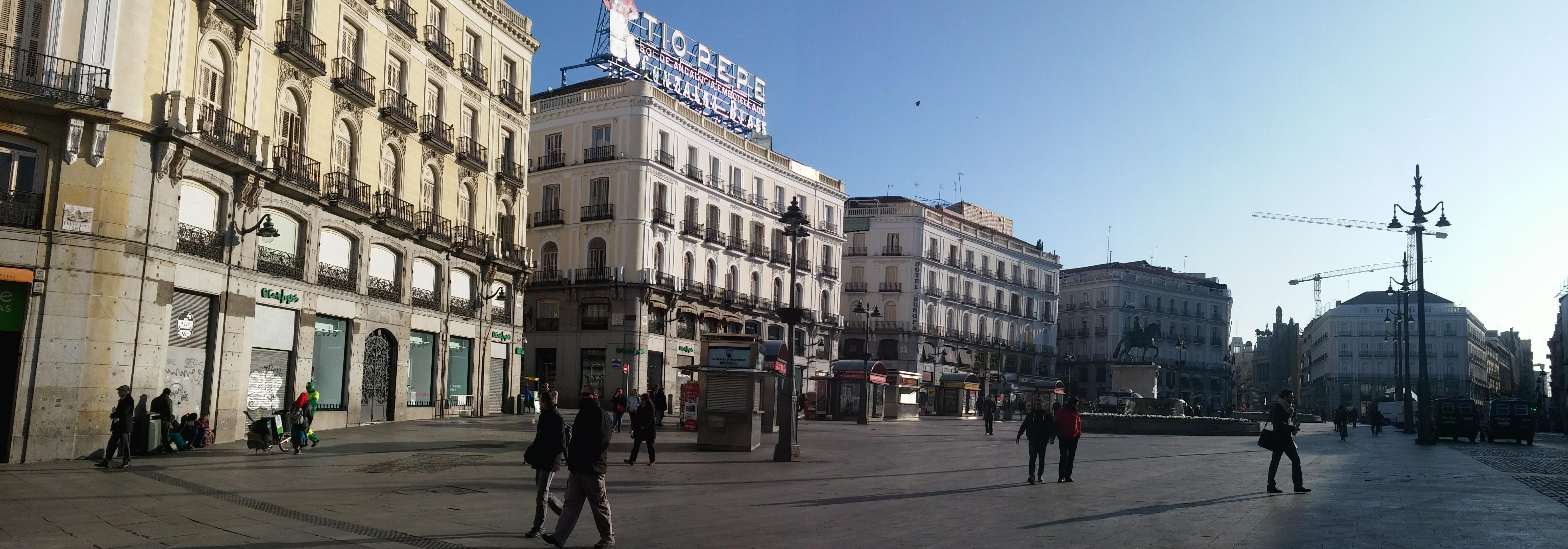 Puerta del sol se despierta the spanish forum for Como es la puerta del sol